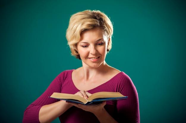 女性の手で本を保持しています。人、ライフスタイル、教育の概念