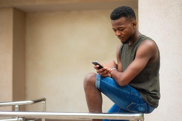 流行に敏感な、スマートフォンを使用している若い男