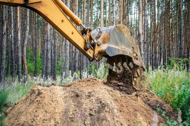 掘削機はバケツで地面を掘ることによって掘削作業を行います