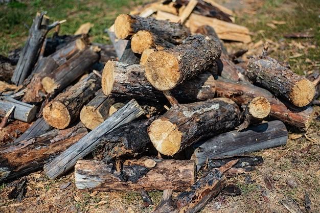 冬の薪のスタック、使用する丸太の山