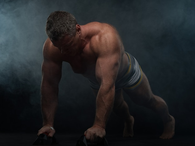 筋肉男は煙で腕立て伏せをします