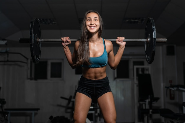 足をポンピング、バーベルの女性トレーニング
