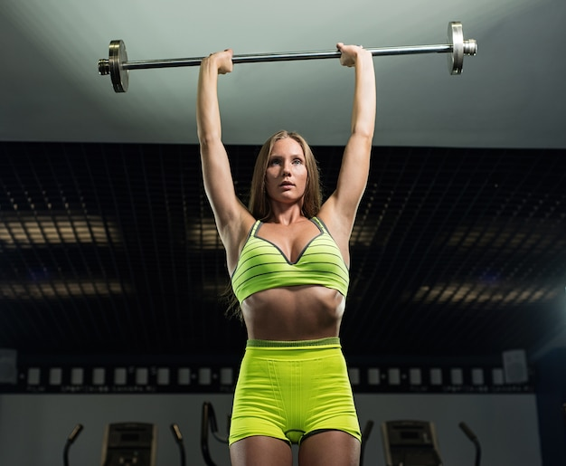 美しいセクシーな運動筋肉の若い女の子