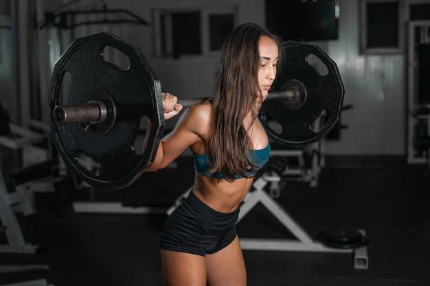 足をポンピングバーベルの女性トレーニング