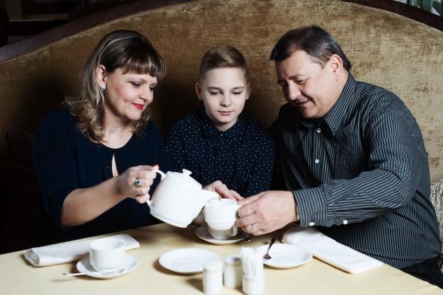 家族はカフェで一緒に来ました。