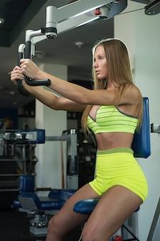 美しいセクシーな運動筋肉の若い女の子。