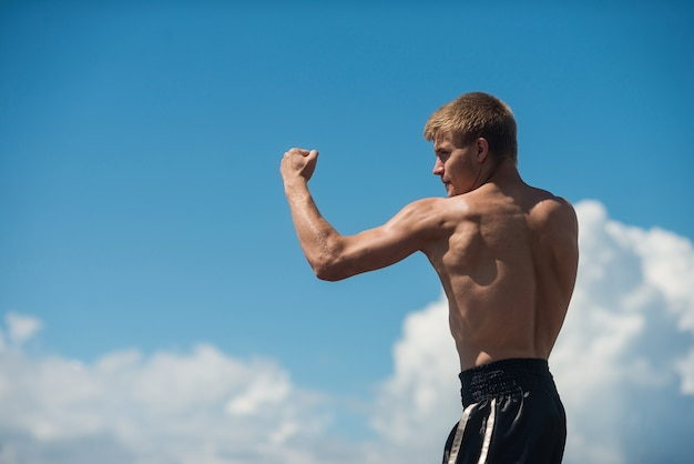 筋肉の男性の戦闘機のトレーニング。