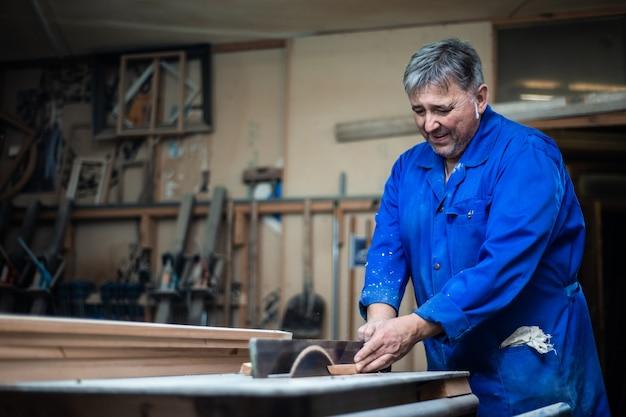 彼のワークショップで働く大工、木工機械で木材加工