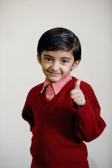 学校の制服を着たインドの女の子と強打を示す