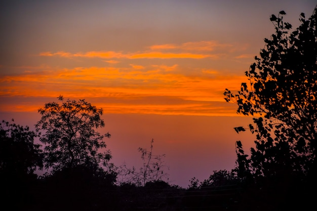 雲と日の出、夕暮れ時の曇り空のパノラマビュー