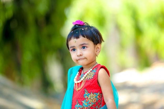 Симпатичная индийская маленькая девочка на традиционной одежде
