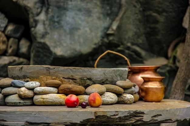 抽象的な石と地面にフルーツ