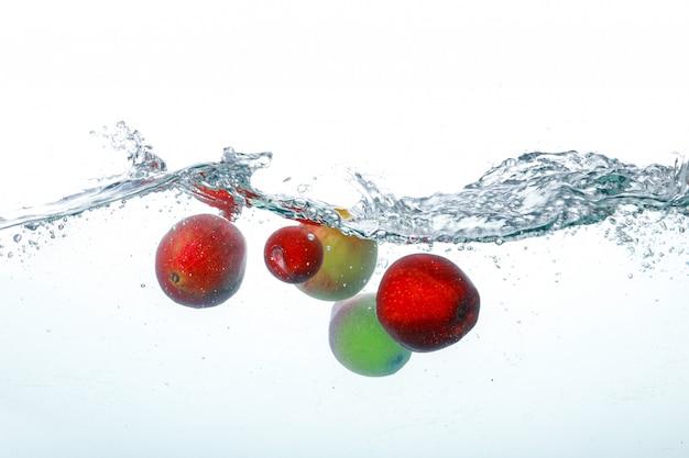 きれいな水に落ちる果物