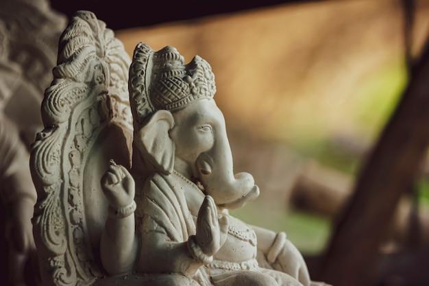 色のないパリの石膏から作られた主ガネーシャの像