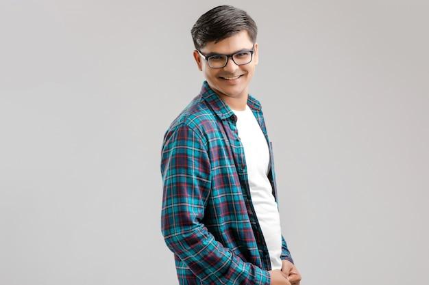 Счастливый молодой индийский мужчина