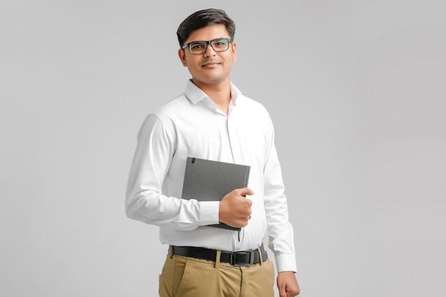 書籍を保持している若いインド人少年