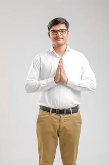 祈りを持つ若いインド人