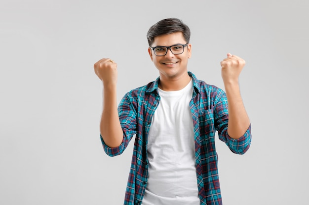Молодой индийский мужчина показывает выражение