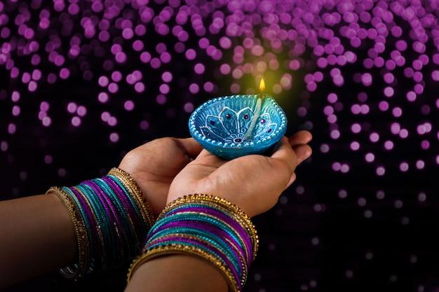 インドの祭りディワリ、ランプを手に