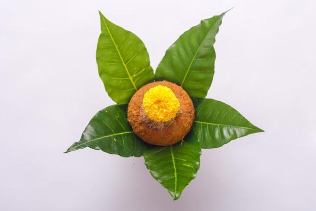 ココナッツ、葉、花飾り付きの銅カラッシュ。ヒンドゥー教の法会に不可欠です。