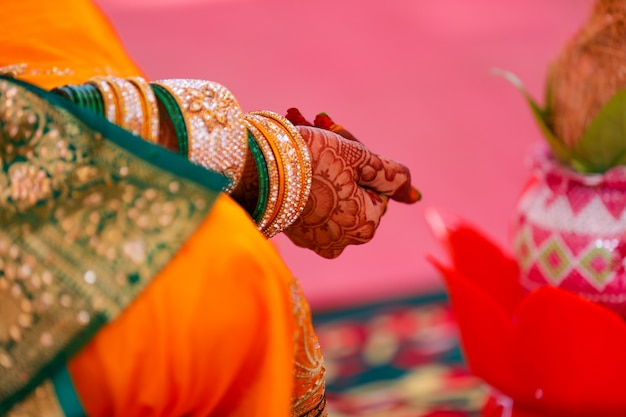 Пара занимается хаваном или пуджей дома по индуистской традиции
