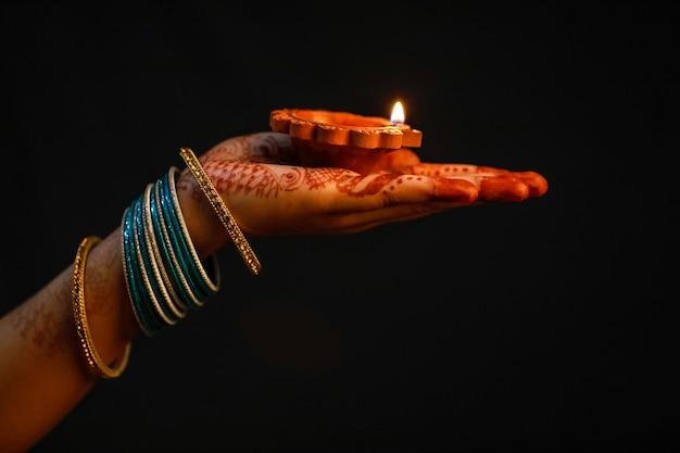 インドフェスティバルディワリ、ランプを手に