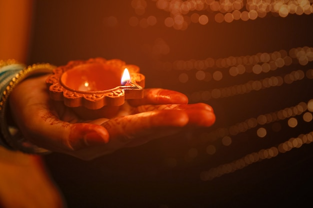 インドフェスティバルディワリ、装飾的なオイルランプを手に