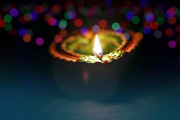 インド祭りディワリ祭、装飾的な石油ランプ