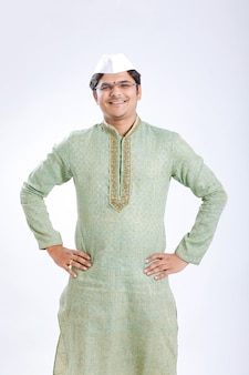伝統的な服装の若いインド人
