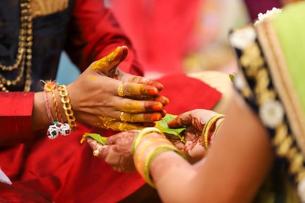 Индийская свадебная фотография, халди церемония жениха руками