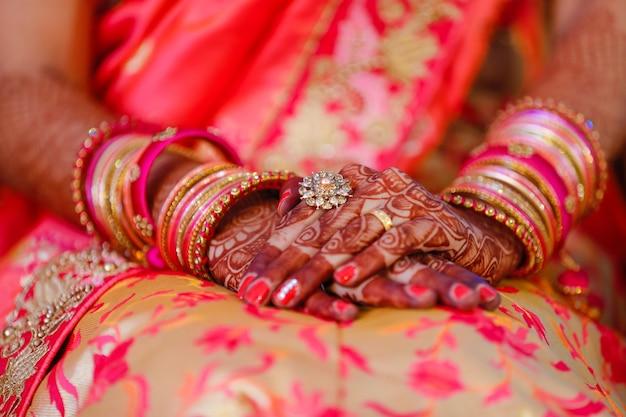 Браслеты невесты рука