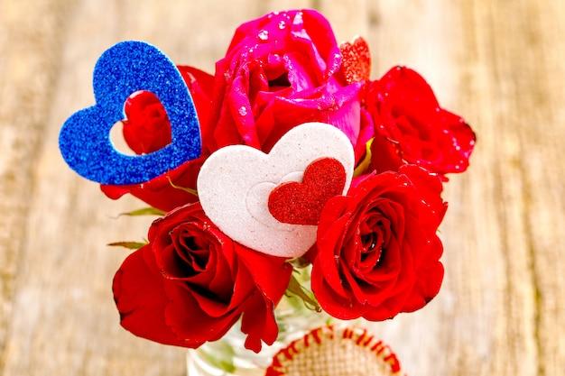 Букет красных роз с маленькой форме сердца. валентина или женский день концепция