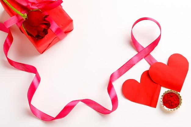 ギフト用の箱、ピンクのリボン、コピースペースと小さなハート。バレンタインの日の概念