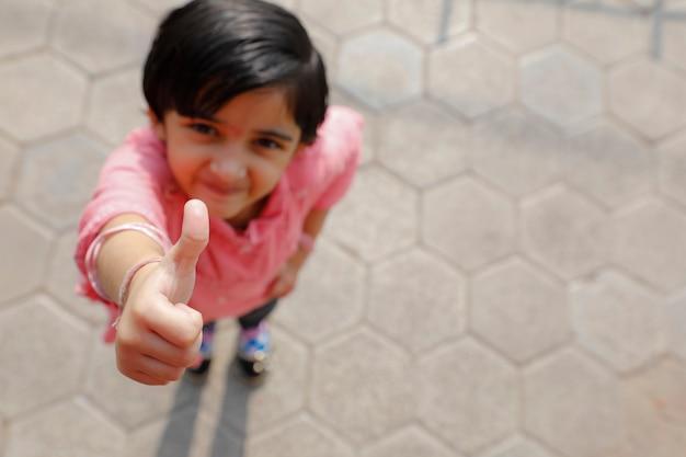 強打を示すかわいいインドの少女