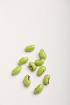 庭の長い豆、白で隔離される採れたてのササゲの束