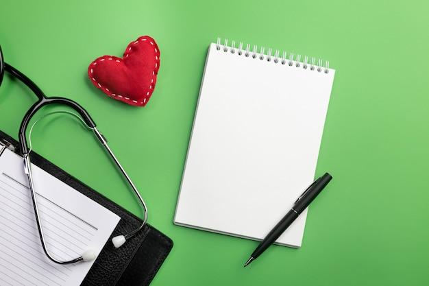 ノートと心の医師の机の聴診器