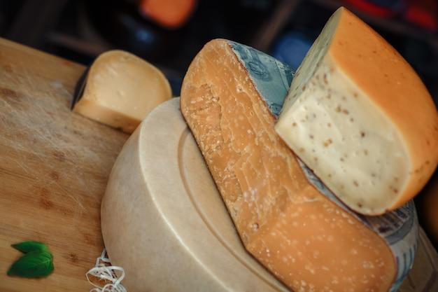 木の板にスライスとチーズの頭