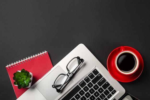 オーガナイザー、ペン、メガネ、ラップトップの実業家デスクの高角度のビュー。