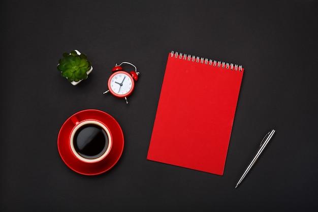 黒の背景赤コーヒーカップメモ帳目覚まし時計花空スペースデスクトップ