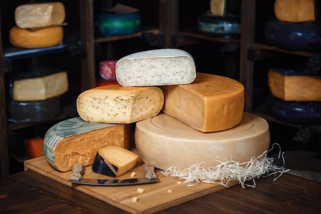 スライスとインテリアと木の板にナイフでチーズヘッド