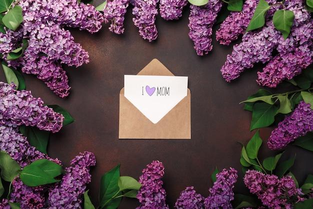 Букет сирени с конвертом ремесла, любовная записка на ржавом фоне. день матери