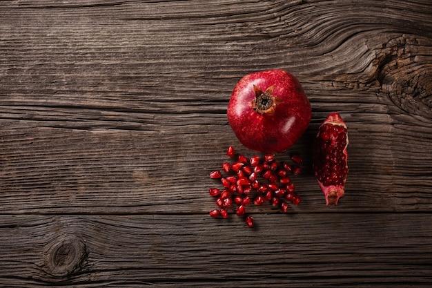木製の背景に熟したザクロの果実