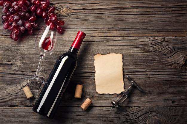 赤ワインと素朴な木のギフトとの休日の夕食の設定。あなたの挨拶のためのスペースと平面図。