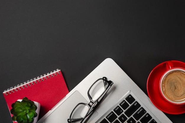 オーガナイザー、ペン、メガネ、トップビューでノートパソコンと実業家の机の高角度のビュー
