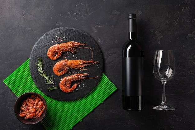 ワインのボトルとエビ。上面図。テキスト用の空き容量古い背景に