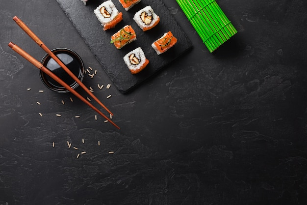 石のテーブルに寿司とマキのセット。コピースペース平面図