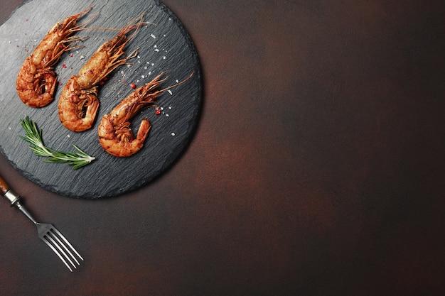 Шашлык из креветок гриль. морепродукты, шельф.