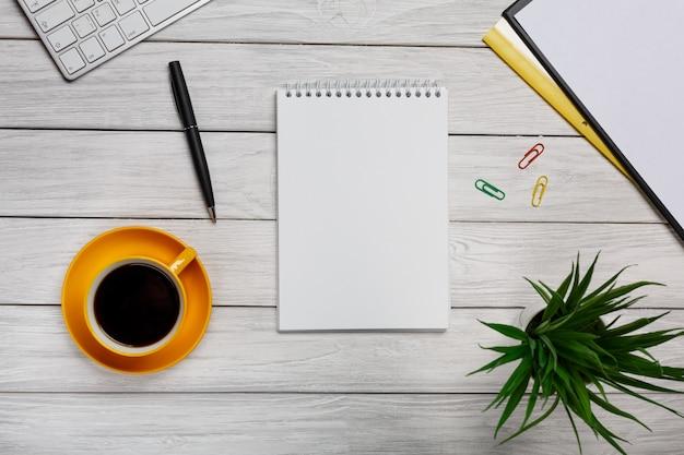 上から白いエレガントなデスクトップ - ビジネスツール - オフィスデザイン - スタジオ撮影 - トップビュー