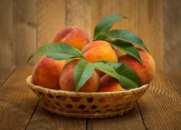 Спелые и красивые персики в корзине