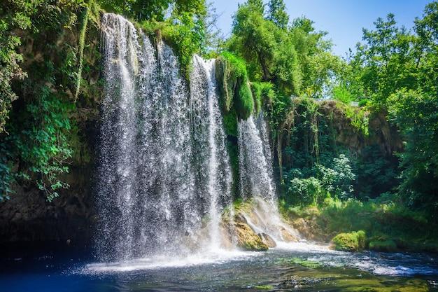 Вид на водопад верхний дуден в городе анталья.